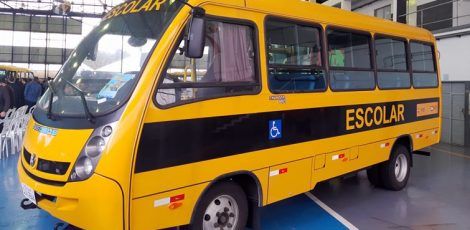 Legislativo participa de entrega de ônibus ao município